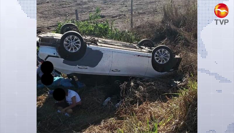 Vuelca automóvil presuntamente por esquivar un bache, una mujer murió