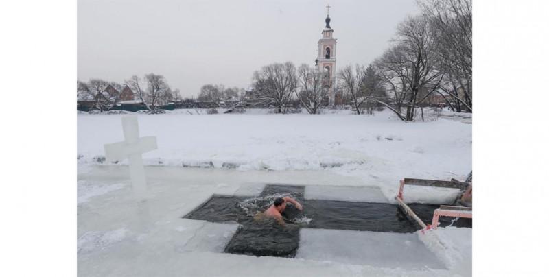 Vladimir Putin y la comunidad rusa se zambullen en aguas a -18° para celebrar el Bautismo de Cristo