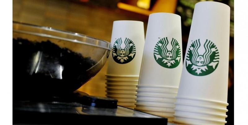"""12 mil euros de multa a Starbucks por los """"ojos rasgados"""" que dibujó una empleada en el vaso de clienta tailandesa"""