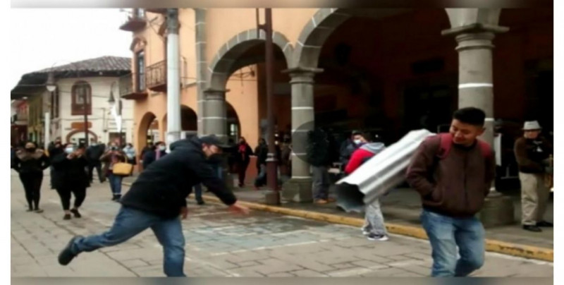 """¡A laminazos! """"Comerciantes unidos"""" golpean con lámina enrollada a transeúntes que no usan cubrebocas (video)"""