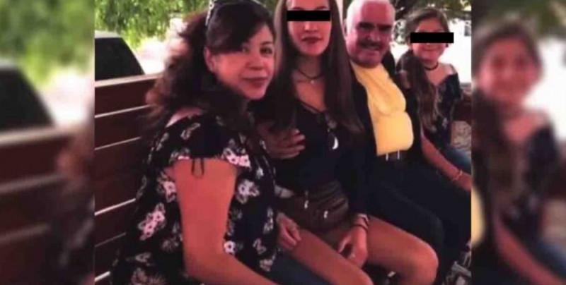 Vicente Fernández causa polémica y rechazo por tocar el pecho de joven que le pidió una foto (video)