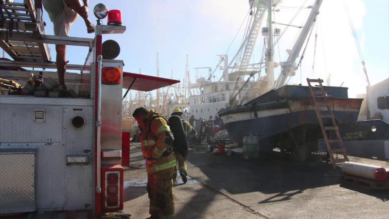 Se incendia barco atunero en Parque Bonfil