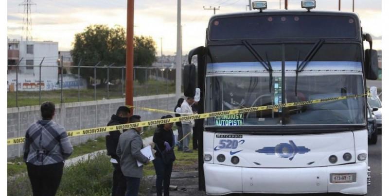 Pasajeros del Edomex frustran el asalto a su autobús y matan a golpes a uno de los tres delincuentes