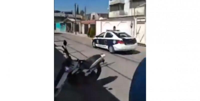 Motociclistas persiguen a policías que le quitaron celular a trailero y logran que se lo devuelvan (video)