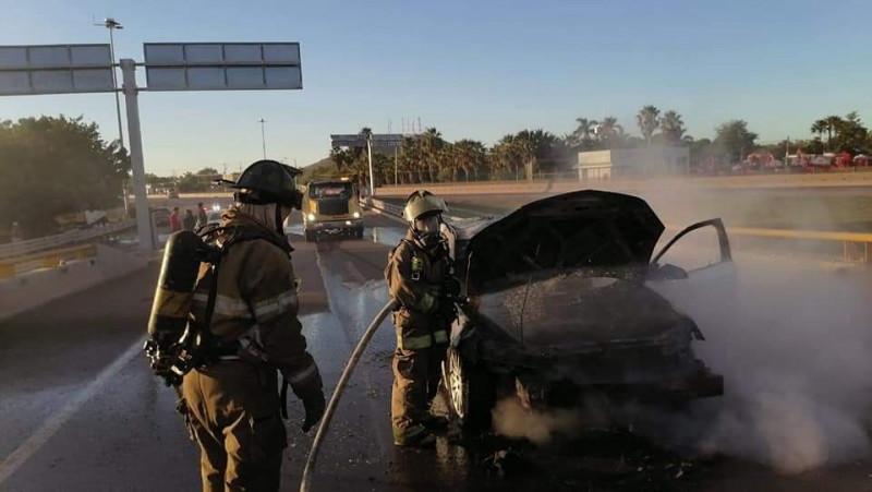 Se incendia vehículo en el Trebol Los Mochis