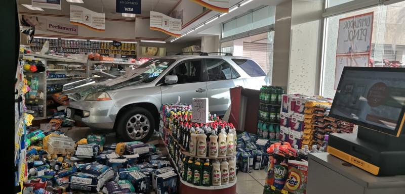 Camióneta se mete hasta la tienda en Los Mochis