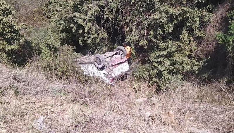 Automóvil termina en un barranco tras salirse de la carretera en Mazatlán