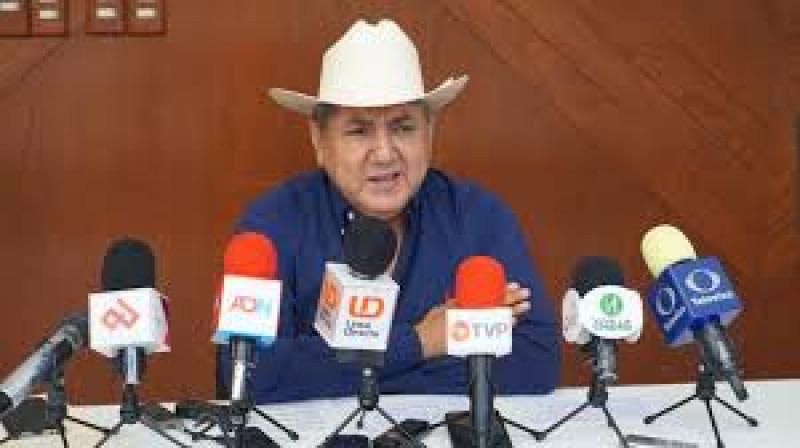 Regresa Faustino Hernández al Congreso después de registrarse como candidato a una diputación federal