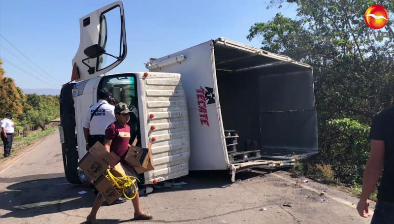 Vuelca camión cargado de cerveza en Rosario, la rapiña no se hizo esperar