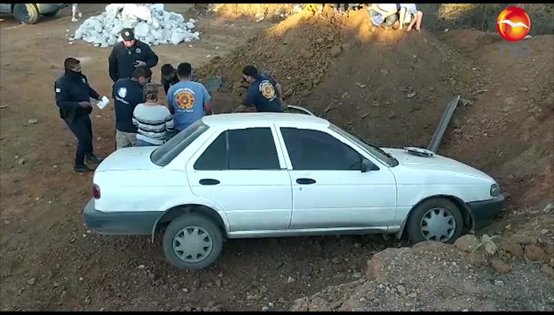 Conductora se queda sin frenos y se impacta contra muro de tierra en Mazatlán