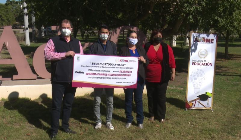Entrega Ayuntamiento becas a estudiantes de la UAdeO