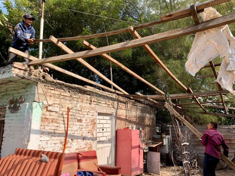 Entrega Ayuntamiento de Ahome material rústico a familias para construcción de techumbres