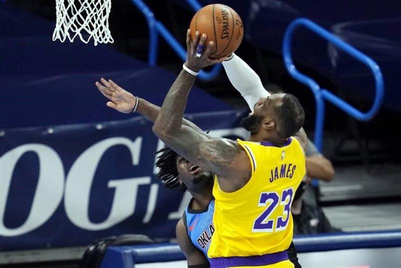 Los Lakers ganan con gran actuación de LeBron James