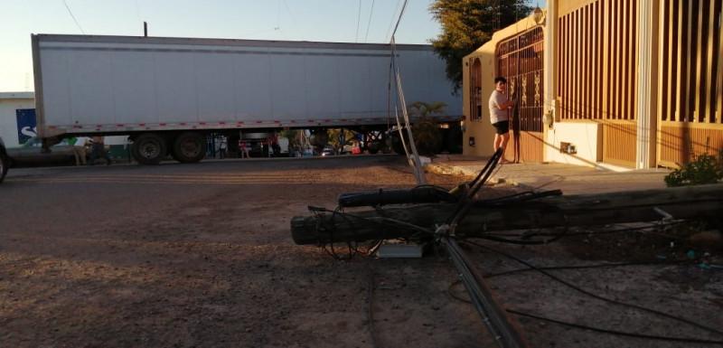 Tráiler derriba 6 postes en fraccionamiento de Mazatlán