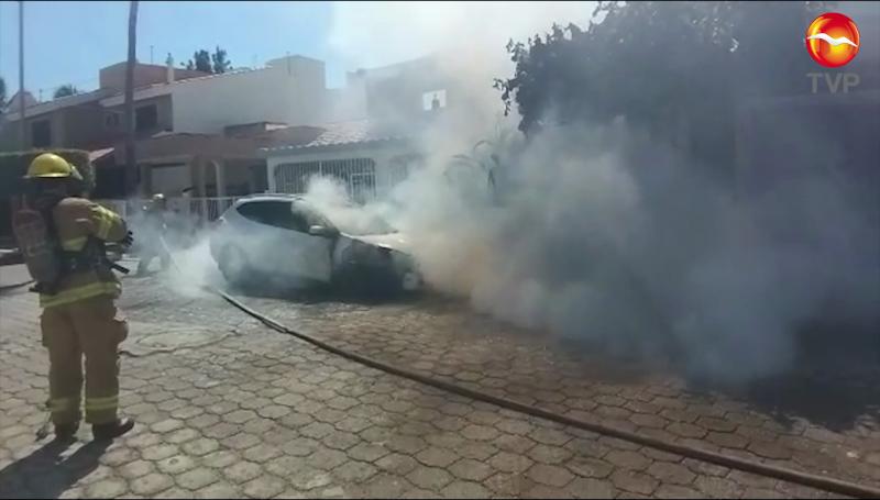 Se incendia vehículo en Lomas de Mazatlán