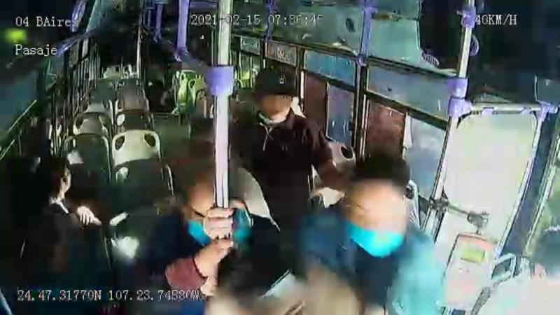 Difunden video de mujer apuñalada en transporte público
