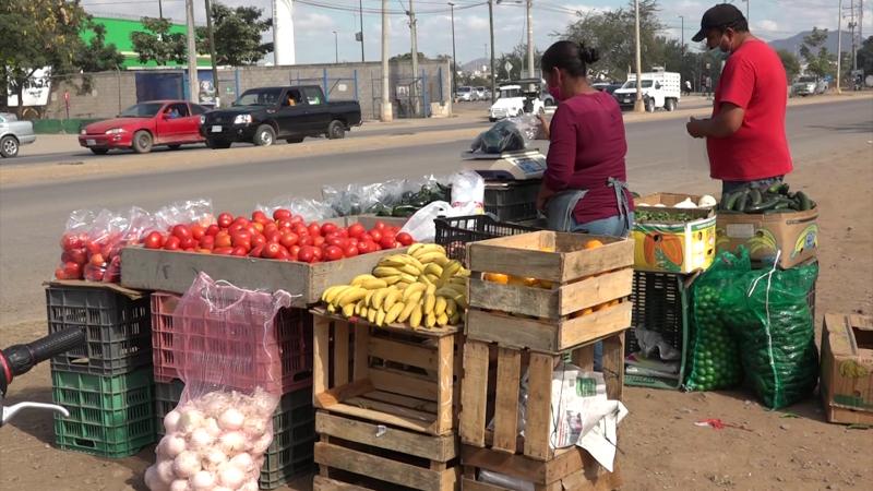 Buscan generar ingresos con venta de verduras en las calles