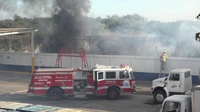 Fuerte incendio en lote baldío moviliza a cuerpos de bomberos de Mazatlán