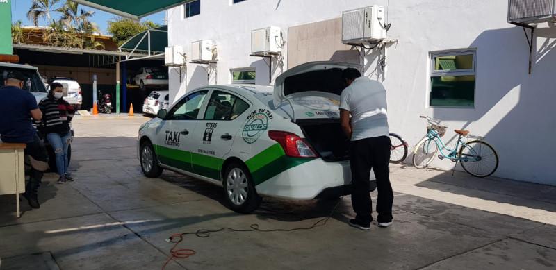 Sanitizan taxis para brindar mayor segurudad a los usuarios