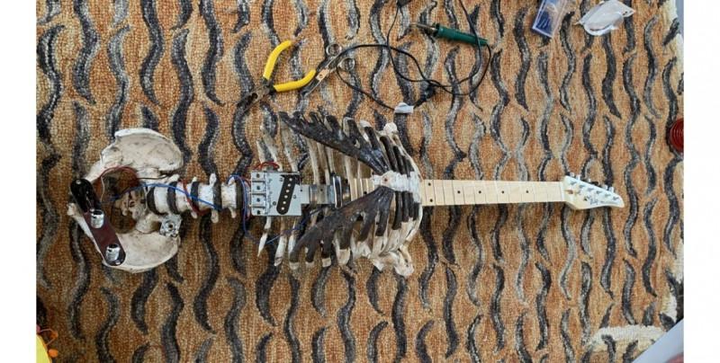 Este hombre tomó el esqueleto de su difunto tío y lo convirtió en una guitarra eléctrica