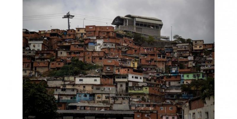 Una maestra de universidad necesita 4 mil años de trabajo en Venezuela para poderse comprar una casa