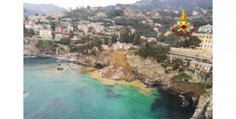 Cementerio en acantilado sufre derrumbes por un temblor y decenas de féretros caen al mar