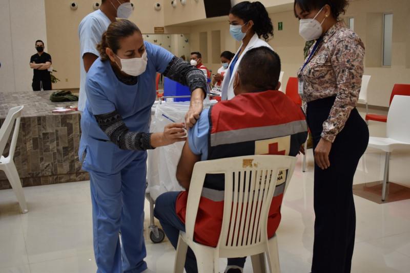 Aplican vacuna a 112 elementos de Cruz Roja Sinaloa