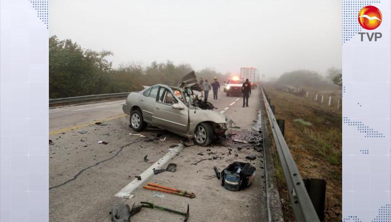 Choca automóvil contra un tráiler y muere una persona, en autopista Mazatlán-Tepic