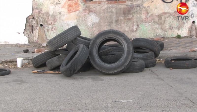 Tiran llantas en pleno Centro de Mazatlán