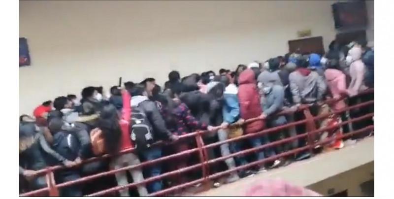Tres muertos y cinco heridos por barandal que se rompe en un cuarto piso de universidad (video)
