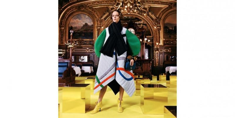 Colores psicodélicos y siluetas exageradas, los protagonistas de este viernes en la Semana de la Moda de París