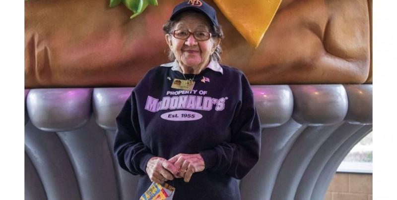 Ruth cumplió 100 años de vida: trabaja desde 1997 en este McDonald's y no piensa en retirarse