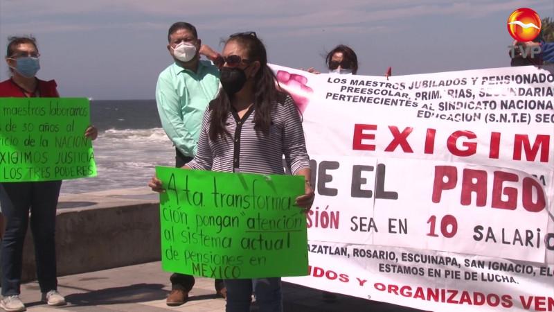 Exigen respeto a su pensión maestros jubilados en Mazatlán