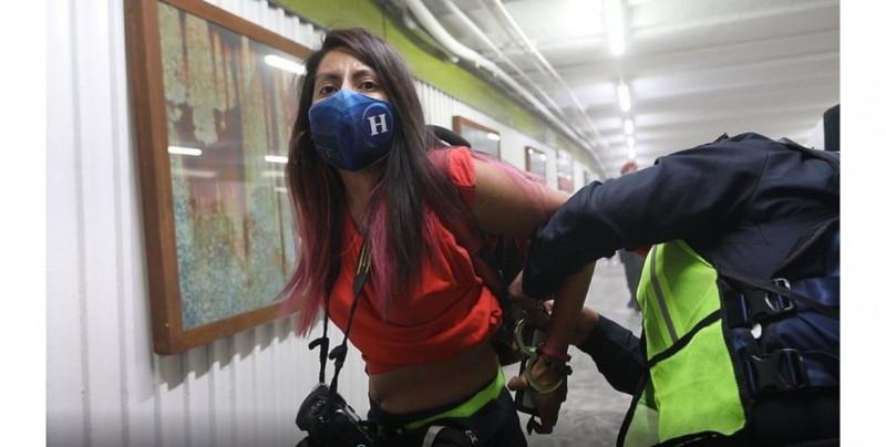 Policías de la CDMX golpean a cuatro fotorreporteras que cubrían el Día de la Mujer