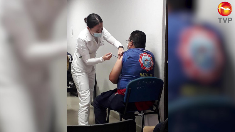 Vacunan a bomberos de Mazatlán contra el Covid 19