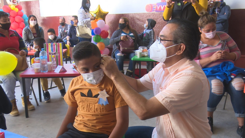 Dona DIF Ahome aparatos auditivos a niños y niñas