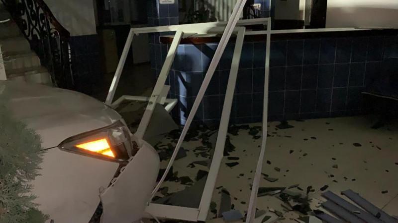 Se queda dormido y se impacta contra las oficinas del PAN en Ahome