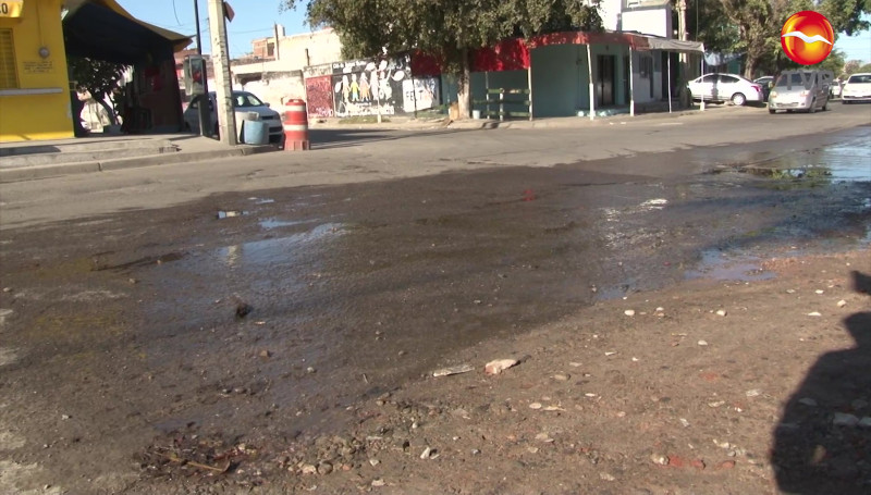 Reportan vecinos fuga de agua potable en Colonia Tierra y Libertad