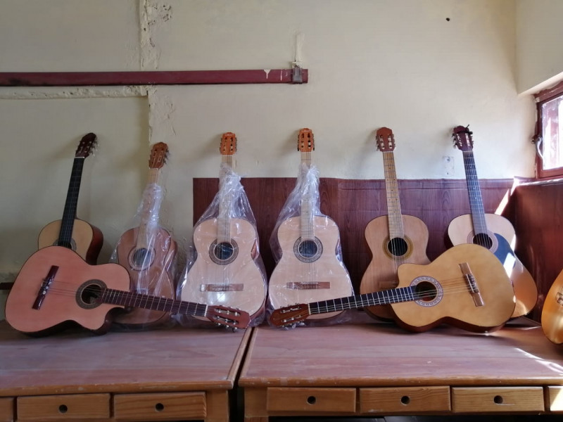 Inauguran taller de guitarra donde antes fue una cantina