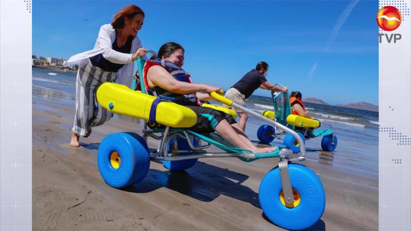 Personas con discapacidad disfrutan del mar en Mazatlán