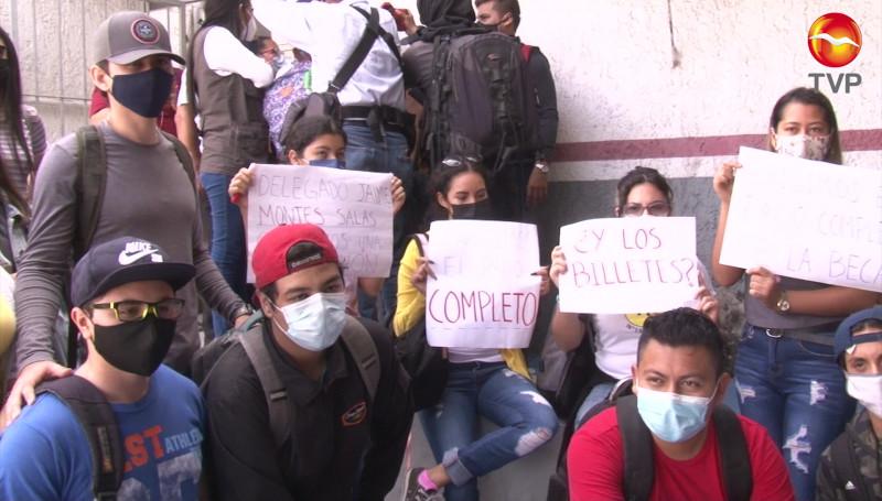 Se manifiestan estudiantes por falta de pago de Becas del Bienestar