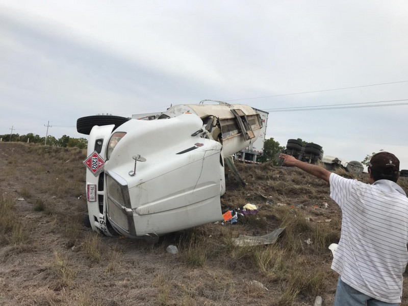 """Vuelca """"trailer"""" sobre la Maxipista Culiacán-Mazatlán"""