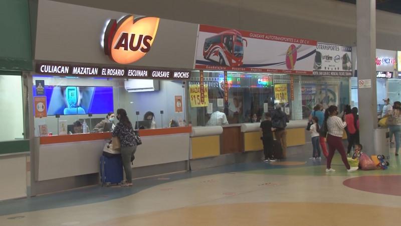 Aumenta el flujo de vacacioncitas en la central de Autobuses en Culiacán