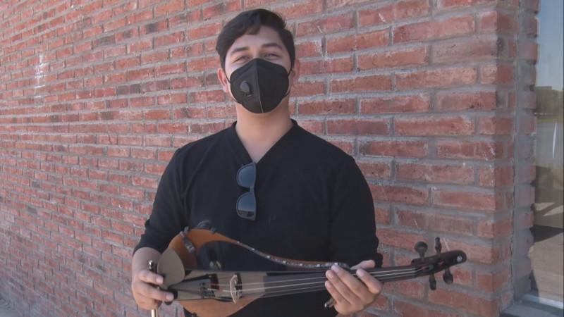 Él es Fernando Gregoire, un joven violinista de Culiacán