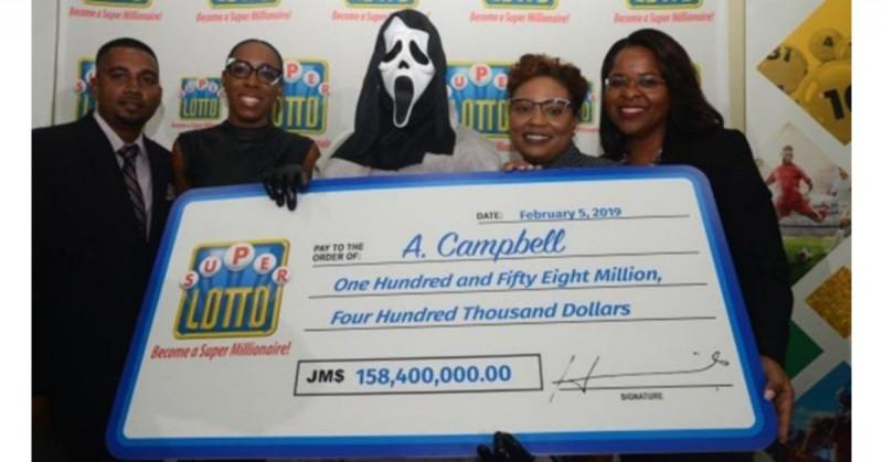Se sacó la lotería y fue a cobrar el premio con una máscara de Scream para no ser reconocido