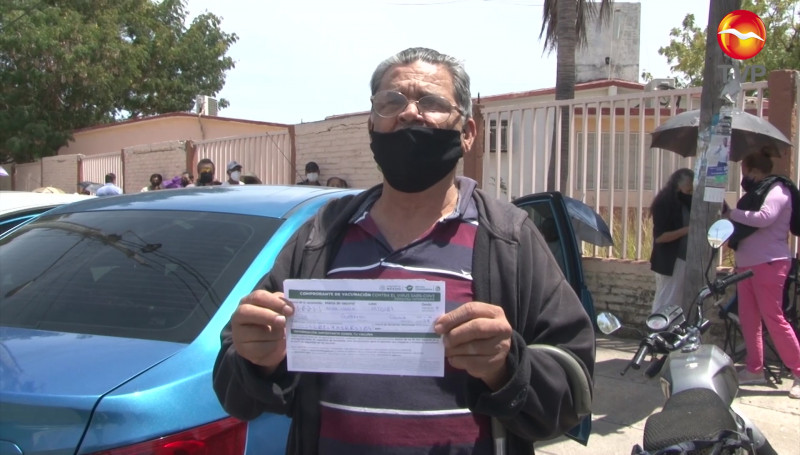 Con nervios e ilusión, así recibió Jesús Guerrero, de 64 años, la vacuna contra el Covid-19