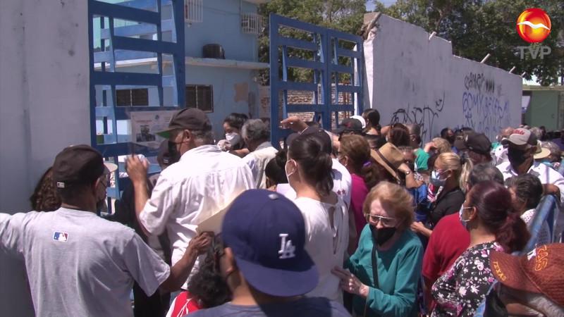 En medio de caos, comienza vacunación de adultos mayores en Mazatlán