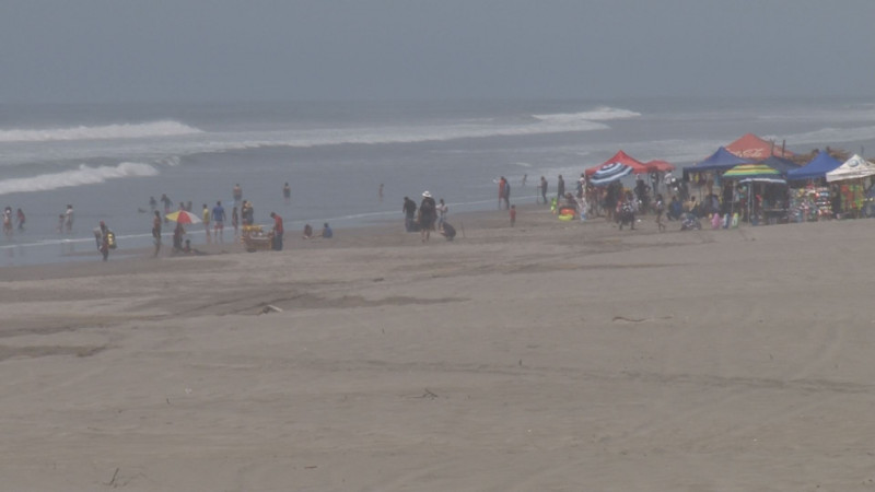 Moderada afluencia de visitantes en playa de Ponce este jueves