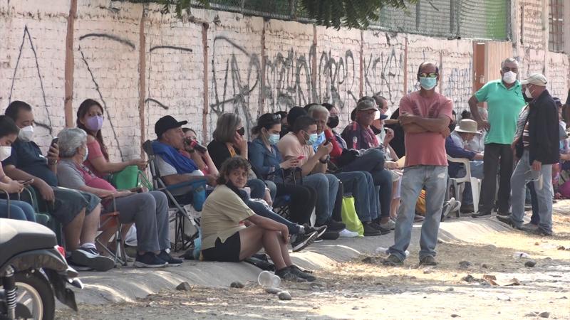 Siguen largas filas en puntos de vacunación COVID-19 en Mazatlán