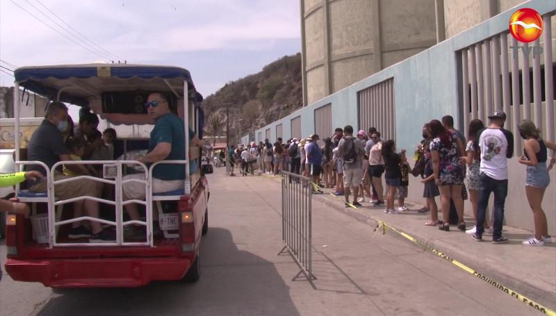 Ni sol, ni calor, ni pandemia, detiene a turistas que buscan subir El Faro